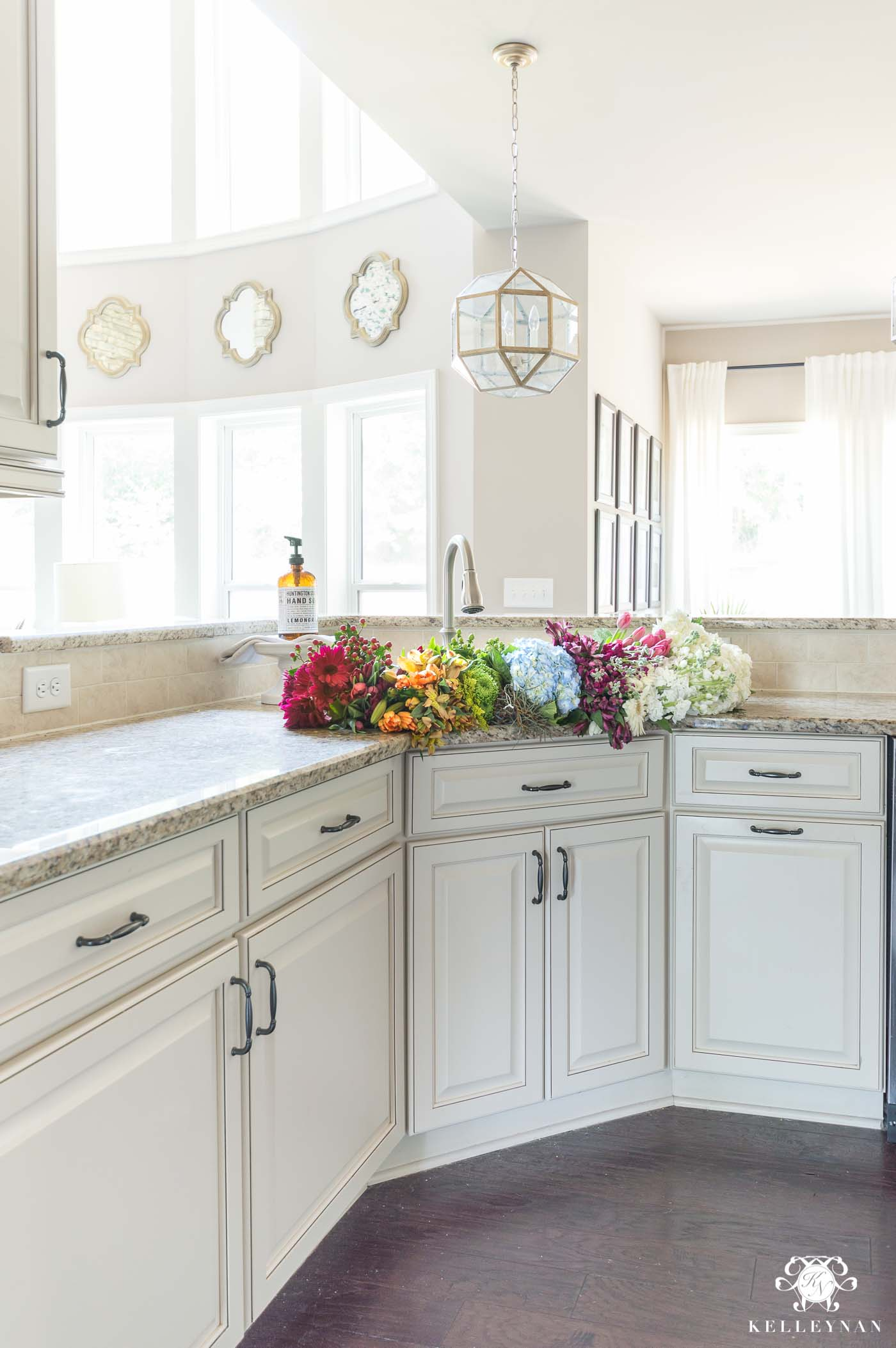 Traditional Kitchens With White Cabinets The Plan To Bring Modern Touches Into A Traditional Cream Kitchen