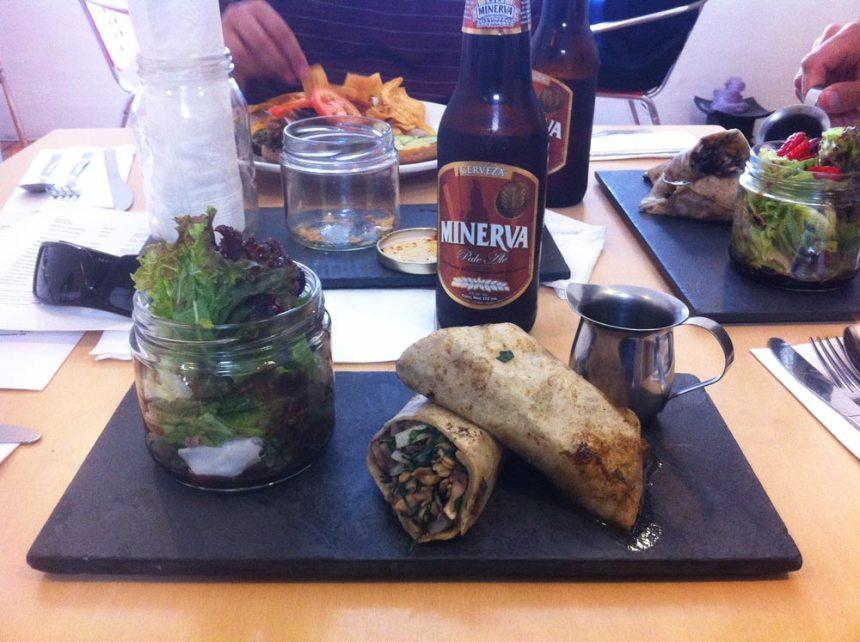Comida vegana y cerveza Minerva en Lucuma Guadalajara