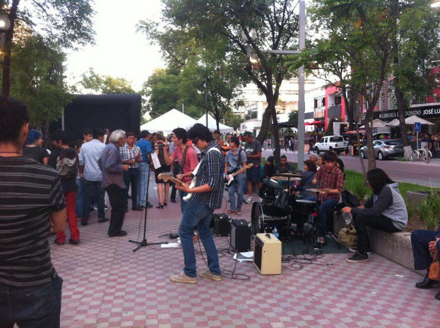 Banda tocando en vivo en el Paseo de Chapultepec