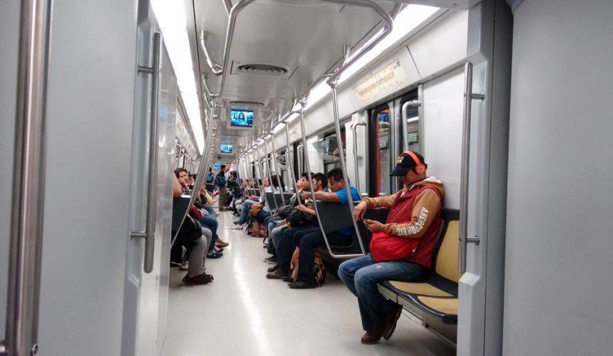 Gente dentro de uno de los vagones modernos del Metro