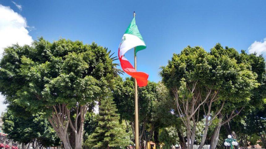Bandera de México en el zócalo de Puebla, Puebla