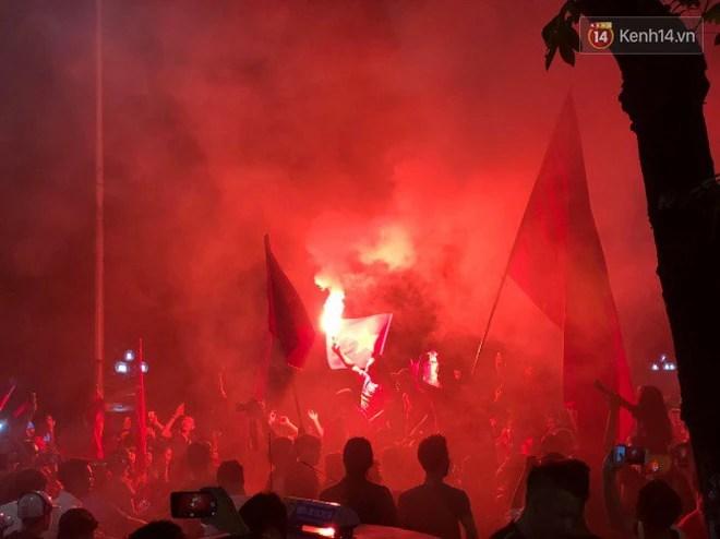 Clip, ảnh: Hàng nghìn người hâm mộ cầm cờ tràn xuống các khu trung tâm ở Hà Nội, Hải Phòng ăn mừng chiến thắng của Olympic Việt Nam - Ảnh 23.