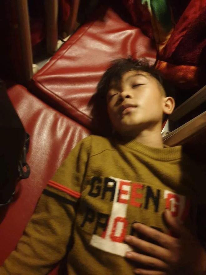 """Mẹ bật khóc vì con trai 13 tuổi đạp xe không phanh vượt 100km từ Sơn La tới Hà Nội thăm em bị ốm: """"May mắn là con không sao..."""" - Ảnh 4."""