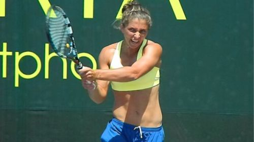 errani-2012-sony-ericsson-open-practice-courts-backhand-5.bigsplash
