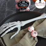 Easy DIY eyeball bubble gum napkin rings - a fun Halloween Party Table Decoration - www.kidfriendlythingstodo.com