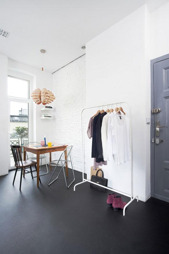 Phong cách nội thất căn hộ tối thiểu nhưng được làm giàu với nhiều chi tiết của những đồ nội thất rất đỗi bình thường.