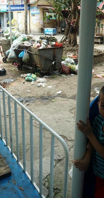 Trẻ em chơi đùa tại sân chơi của khu nhà B20 tập thể Kim Liên.