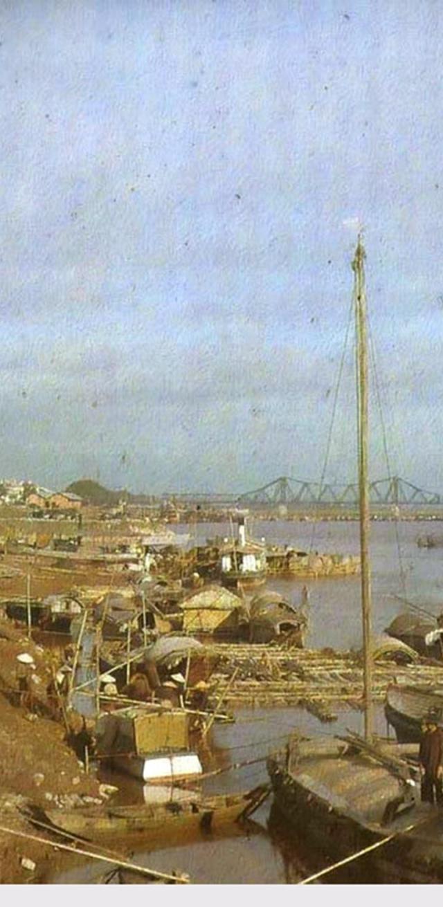 Thuyền bè trên sông Hồng, gần cầu Paul Doumer (Long Biên), Hà Nội năm 1915.