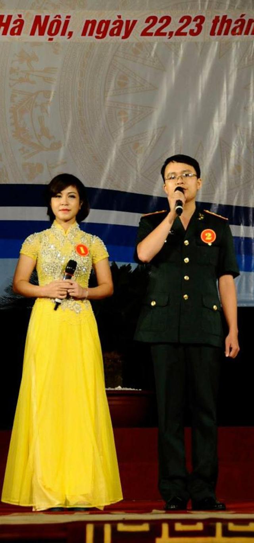 Không chỉ hát hay, Đại úy QNCN Bùi Thị Kim Dung còn thường xuyên xuất hiện với vai trò là MC của các chương trình