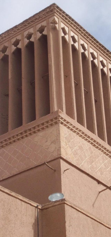 Hình 5: QUANG CẢNH TRÊN ĐỈNH THÁP GIÓ QUAN SÁT TỪ GẦN Ở YAZD cho thấy điểm cuối của dầm cốt thép. Tháp cao khoảng 13m và các lỗ cửa cao khoảng 3m. Ở hình 1 tháp cao khoảng 34m, lỗ cửa cao khoảng 11m. Nguồn: Flickr.com