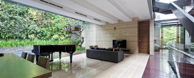 Sự thông xuốt liên tục kéo dài từ lối vào từ phía cầu thang chính tạo cảm giác mở cho không gian của ngôi nhà.