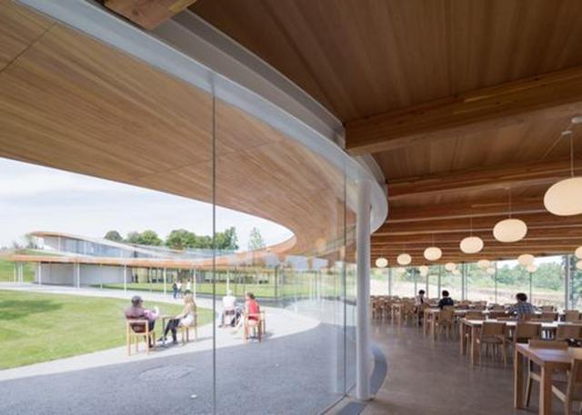 """Các kiến trúc sư cho biết, mục tiêu của dự án là làm cho kiến trúc trở thành một phần của cảnh quan. Việc xây dựng """"The River"""" tìm cách pha trộn với các tính năng của cảnh quan, sử dụng một bức tường vách kính để nuôi dưỡng một ý thức liên tục của ánh sáng và sự minh bạch. Dự án cũng nhằm cung cấp một môi trường mở truy cập công khai, nơi mọi người có thể trải nghiệm thiên nhiên và nuôi dưỡng cộng đồng."""
