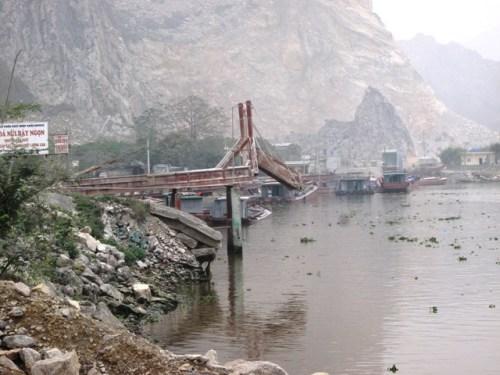 Các máng phao phao, máng rót góp phần gây ô nhiễm môi trường ở xã Thanh Tân, huyện Thanh Liêm