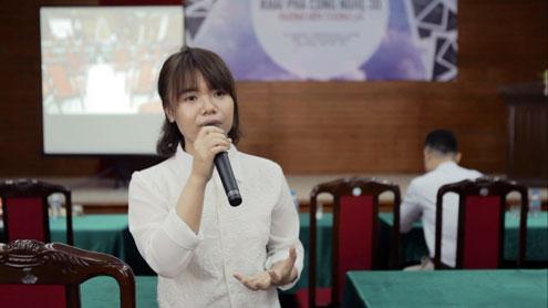 Chị Trần Thị Trang, chuyên gia diễn họa 3D của VNimation, trả lời thắc mắc của các bạn sinh viên