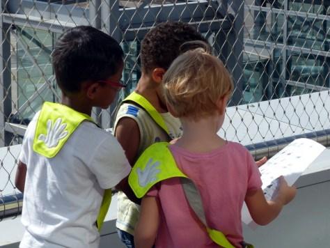 Kinder beim Suchen von Hecklogos