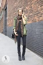 2 - Как носить шарфы с узором - Украшая джинсы