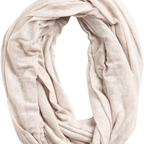 1 - Белый круговой шарф (шарф-хомут) - 7 модных шарфов, которые согреют холодной зимой 2013-2014 года