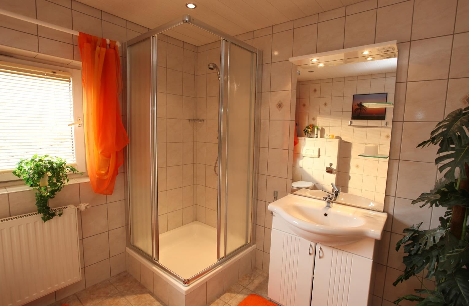 Badezimmer In Orange Twin With Running Hot Cold Water