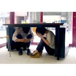 脚部に防災用品を収納『オーダーメイド防災テーブル』
