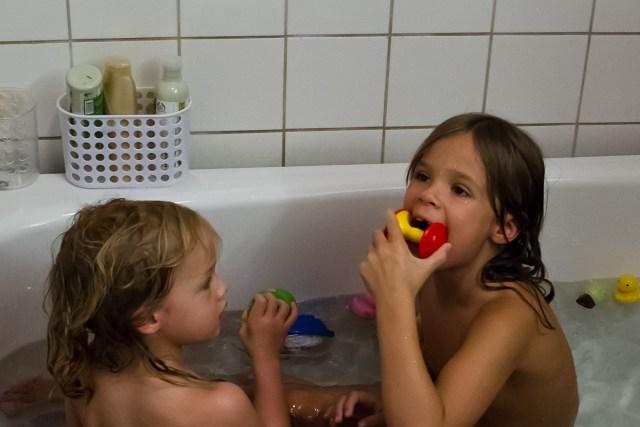 Två skrutt i badkaret