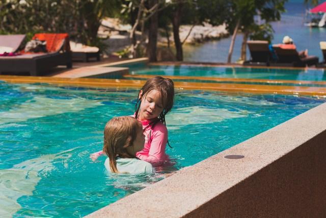 Ett och ett annat hopp och kast blev det i poolen
