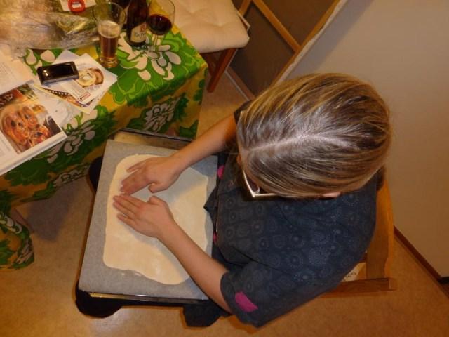 Johanna drar ut pizzadegen