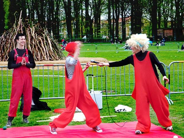Valborgsfirande med cirkus och korvgrillning på en engångsgrill är ett säkert vårtecken