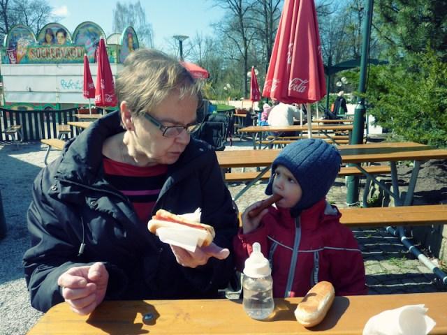 Smilla tar med Heljä mummo till folkan för lite apkonster och ett par korvar
