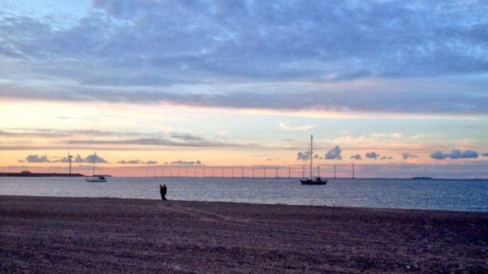 Sommige mensen kiezen ervoor om de vuurtjes vanaf hun zeilbootje voor de kust te bekijken.