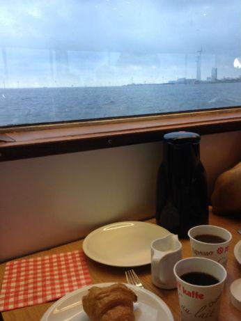 Afscheid van grijs Kopenhagen. Lekker warm binnen, met een ontbijtje.