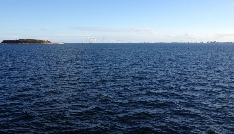 Weer terug op Deens grondgebied. Hoi Kopenhagen, hoi windmolens, hoi huis (rechtsboven, één van de puntjes)!