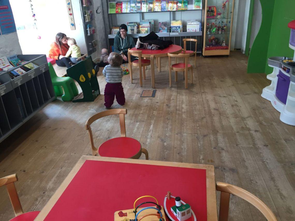 In de linkervleugel vind je de volwassenenafdeling, in de rechtervleugel de kinderafdeling. Met boeken, speelgoed en zelfs speelgoed om te lenen.
