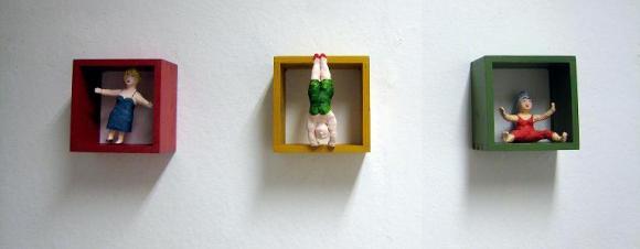 drei sehr kleine Frauen Pappmachéfiguren