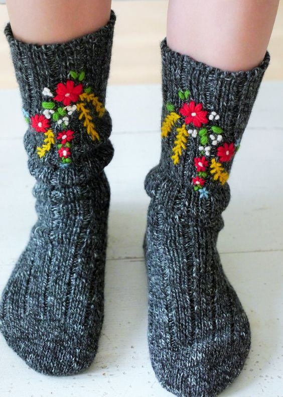 Pin Ups and Link Love: Embroidered Socks | knittedbliss.com
