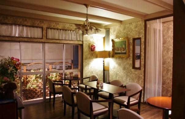 夜のカフェスペースの写真です。カメラを代えるだけで見栄えが全然違います。