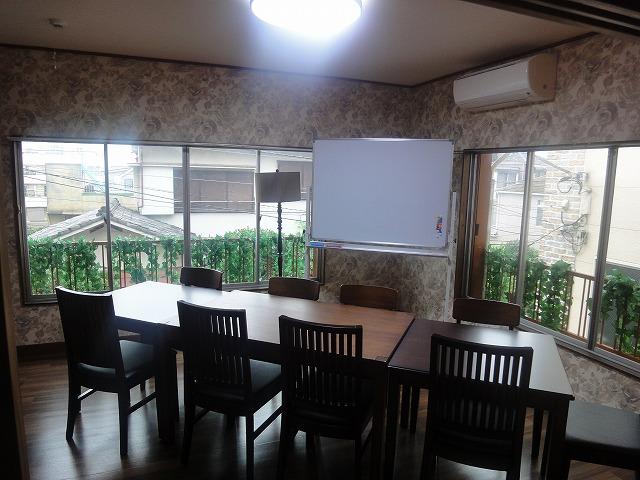 2階の貸し会議室。以前は、木の机と椅子がございました。