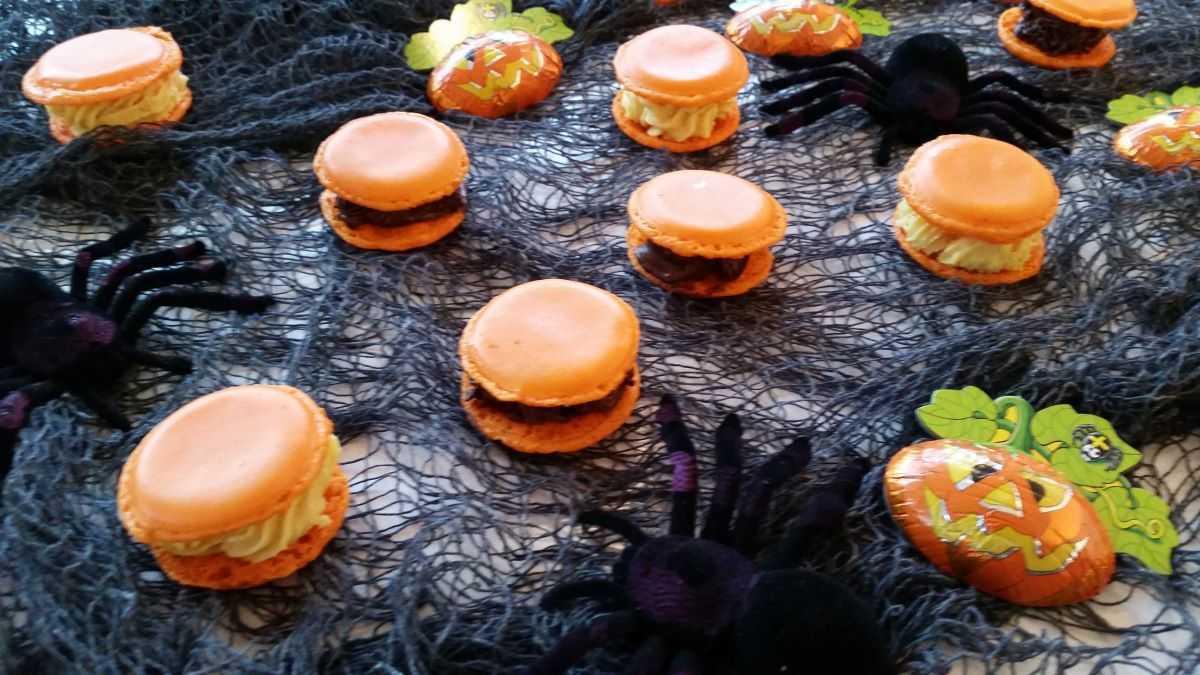 Macarons in vielen bunten Farben mit unterschiedlichen ...
