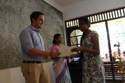 Certificaatceremonie - studenten van vorige batch krijgen hun diploma