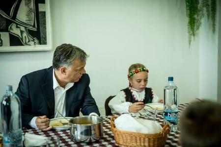"""""""Miniszterelnökön látszik, hogy nagyon szereti a gyerekeket !!!! """" (Fotó és komment: Orbán Viktor Facebook-oldala via Kanadai Hírlap)"""
