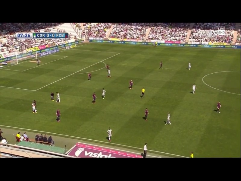Tieferes 4-4-2 mit Rakitic als rechter Flügel und Messi zockt. Simpel aber stabil. Mourinho spielte bei Real öfters mit einem verschobenem 4-4-2 mit Ronaldo als zockendem Stürmer.