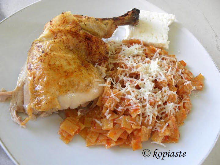 Chicken and hilopites Kotopoulo me hilopites