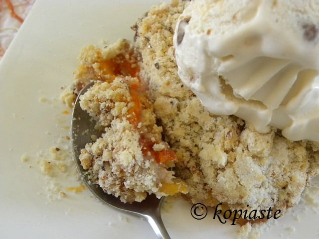 Mixed fruit crumble with ice cream