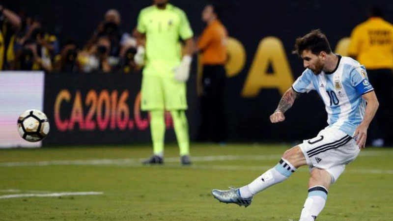 Messi Shoots Wide in Argentina's Penalty Shoot-out Loss to Chile in Copa America Final