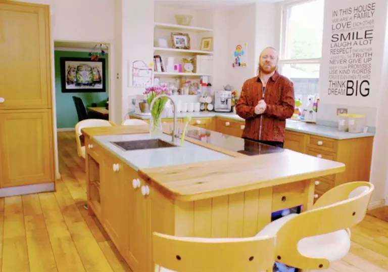 Kitchen Island With Range Cooker Homes Under The Hammer Star Martin Roberts House