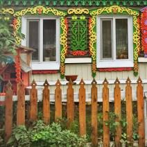 Sibirien Holzhaus Fenster bunt
