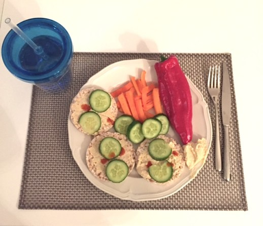 Rice cakes, hummus & veggies