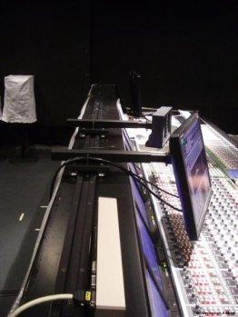 Monitorhalter sind auf der Schiene seitlich verschiebbar   Foto: Tobias Kühn