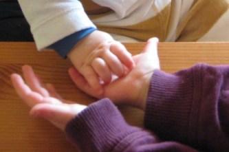 Hände_Kinder_Kücken und Nest