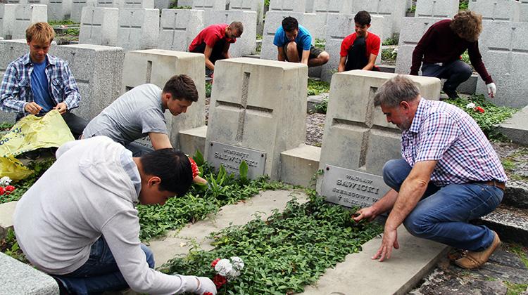 """Klub """"Rejs"""" w tym roku swój wyjazd wolontariacki przeżywa w Wilnie. Jednym z zadań wolontariuszy jest sprzątanie polskich grobów na Rossie Fot. Marian Paluszkiewicz"""