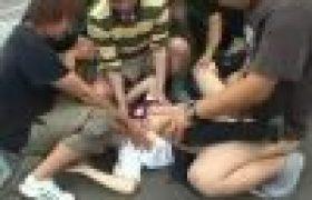 【集団犯罪SEX動画】路上で5人がかりで女子校生1人を犯しスペルマぶっかけてヤリ捨て!